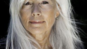 Reife Haare pflegen: Hausmittel und professionelle Behandlungen